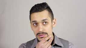 Uomo d'affari con una barba che pensa dopo la perdita di gran affare archivi video