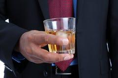 Uomo d'affari con una bevanda in sua mano Fotografie Stock Libere da Diritti