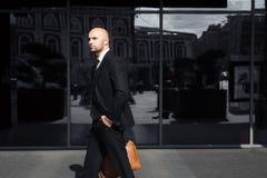 Uomo d'affari con una borsa vicino all'ufficio immagine stock libera da diritti