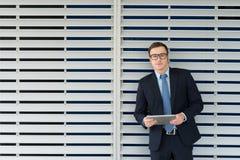 Uomo d'affari con una compressa digitale Immagine Stock Libera da Diritti