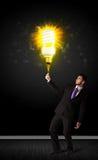 Uomo d'affari con una lampadina ecologica Fotografie Stock Libere da Diritti