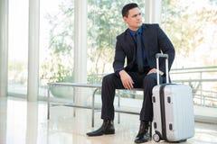 Uomo d'affari con una valigia Immagini Stock Libere da Diritti
