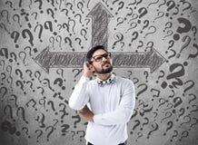 Uomo d'affari confuso che cerca soluzione Immagini Stock
