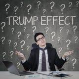 Uomo d'affari confuso con la parola di effetto di Trump Fotografie Stock Libere da Diritti