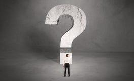 Uomo d'affari confuso e grande punto interrogativo Fotografia Stock Libera da Diritti