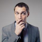 Uomo d'affari confuso On Gray Background Fotografie Stock Libere da Diritti