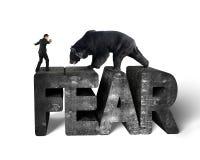 Uomo d'affari contro l'orso nero che equilibra sul wor del calcestruzzo di timore 3d Immagine Stock