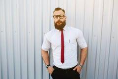 Uomo d'affari contro una parete bianca fotografia stock