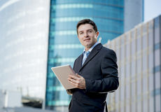 Uomo d'affari corporativo del ritratto con la compressa digitale all'aperto che funziona Immagine Stock
