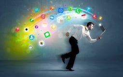 Uomo d'affari corrente con le icone dell'applicazione dal dispositivo Fotografia Stock