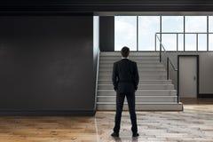 Uomo d'affari in corridoio moderno della scuola Fotografie Stock