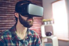 Uomo d'affari creativo astuto che indossa i vetri del video 3D Fotografia Stock