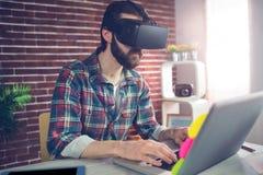 Uomo d'affari creativo che indossa i video vetri 3D all'ufficio Fotografia Stock