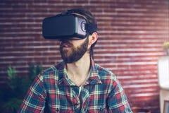 Uomo d'affari creativo che indossa i video vetri 3D mentre distogliendo lo sguardo Fotografie Stock
