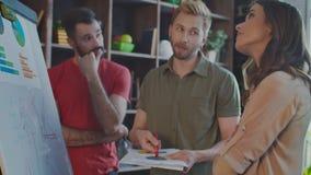 Uomo d'affari creativo che spiega idea ai colleghi scettici Gente di affari stock footage