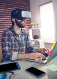 Uomo d'affari creativo facendo uso di video vetri 3D e computer portatile Immagine Stock Libera da Diritti