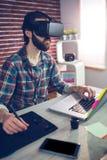 Uomo d'affari creativo messo a fuoco facendo uso di video vetri 3D e computer portatile Fotografie Stock Libere da Diritti