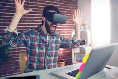 Uomo d'affari creativo sorpreso che indossa i vetri del video 3D Immagini Stock Libere da Diritti