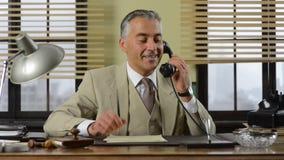 Uomo d'affari d'annata sicuro che lavora allo scrittorio archivi video