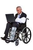 Uomo d'affari danneggiato in una sedia a rotelle isolata Immagine Stock