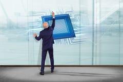 Uomo d'affari davanti ad una parete con un chip e una rete di unità di elaborazione Immagine Stock Libera da Diritti