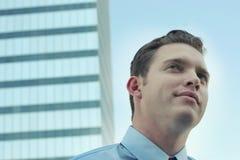 Uomo d'affari davanti alla costruzione di affari Immagine Stock Libera da Diritti