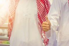 Uomo d'affari del Medio-Oriente arabo che dà pollice su come segno di lavoro di squadra di affari di successo fotografie stock libere da diritti