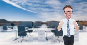 Uomo d'affari del nerd che mostra i pollici su Fotografia Stock