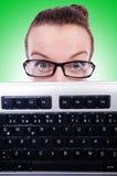 Uomo d'affari del nerd con la tastiera di computer su bianco Immagini Stock