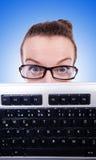 Uomo d'affari del nerd con la tastiera di computer su bianco Fotografie Stock