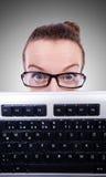 Uomo d'affari del nerd con la tastiera di computer sul Fotografia Stock Libera da Diritti