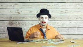 Uomo d'affari del pagliaccio che lavora nell'ufficio archivi video