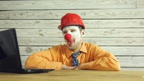 Uomo d'affari del pagliaccio che lavora nell'ufficio video d archivio