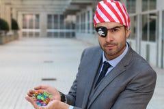 Uomo d'affari del pirata che mostra il suo tesoro immagine stock