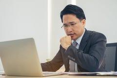 Uomo d'affari del ritratto deprimente lavorando nell'ufficio Sforzo, bus immagini stock