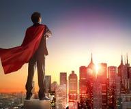 Uomo d'affari del supereroe che esamina città Immagine Stock Libera da Diritti
