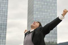 Uomo d'affari del vincitore che grida dalla gioia immagini stock