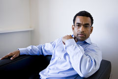 Uomo d'affari dell'afroamericano che si siede in poltrona fotografia stock
