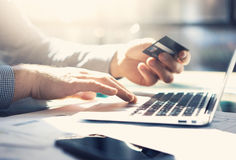 Uomo d'affari della foto che lavora con il taccuino generico di progettazione I pagamenti online, attività bancarie, passa la tas Immagine Stock