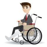Uomo d'affari della gamba rotta del fumetto che si siede sulla sedia a rotelle Immagini Stock Libere da Diritti