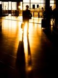Uomo d'affari della siluetta in aeroporto che prepara per la partenza Immagine Stock Libera da Diritti