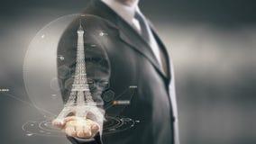 Uomo d'affari della torre Eiffel che tiene le nuove tecnologie disponibile del punto di riferimento Immagine Stock