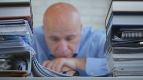 Uomo d'affari deludente e annoiato Sitting Pensive nella stanza dell'ufficio con la testa sulla H fotografia stock libera da diritti