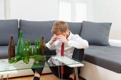 Uomo d'affari depresso potabile a casa Immagini Stock Libere da Diritti