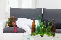 Uomo d'affari depresso potabile a casa Fotografia Stock Libera da Diritti
