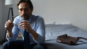 Uomo d'affari depresso triste che si siede a casa archivi video
