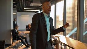 Uomo d'affari di Aframerican che celebra conquista video d archivio