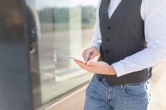 Uomo d'affari di camminata Using Tablet Outside immagine stock