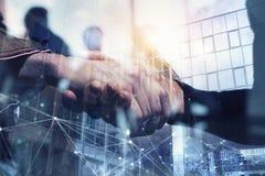 Uomo d'affari di handshake nell'ufficio con effetto rete Concetto di lavoro di squadra e dell'associazione Doppia esposizione fotografia stock libera da diritti