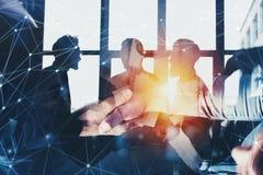 Uomo d'affari di handshake in ufficio con effetto rete Concetto di lavoro di squadra e dell'associazione Doppia esposizione Fotografia Stock Libera da Diritti